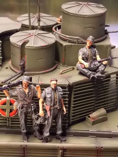 Alle Besatzungsmitglieder des Kampfbootes sind schwer bewaffnet.