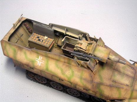 Hier der Blick von oben auf das Geschütz mit dem Hülsenfangbehälter und dahinter der geöffneten Munitionskiste für das Kaliber 7.5.
