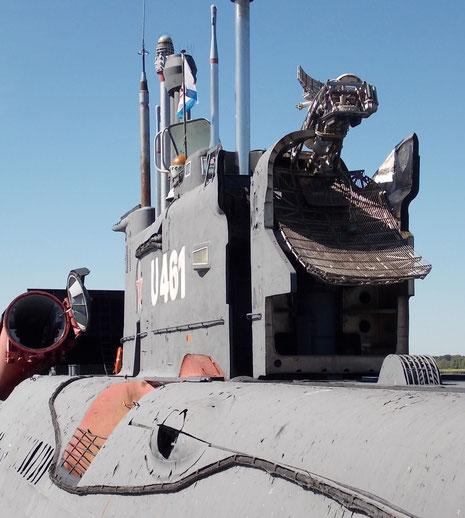 Rückwärtige Turmluke mit ausgefahrenem Seezielradar zur Raketenleitung. Dahinter einer geöffneten Seezielraketenschächte.