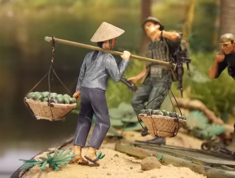 Ihnen kommt schon die erste Vietnamesin mit Früchten entgegen.