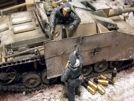 Starkes Chipping und Schmutz- und Schneespuren sowie die verbogenen Seitenschürzen zeugen vom Einsatz des Fahrzeuges in den Wintermonaten 1943.