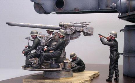 Besatzung von vier Marinesoldaten in Alarmbereitschaft.