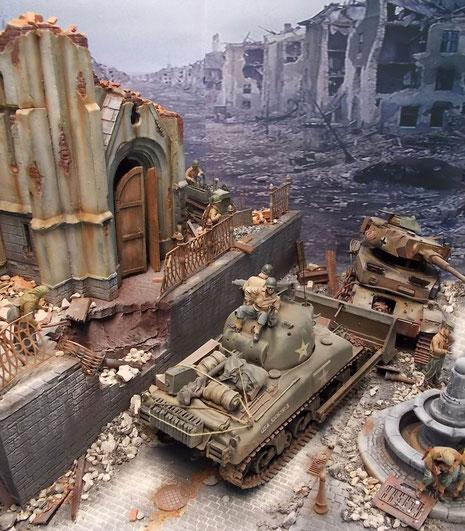 Dominanter Teil des Dioramas ist der Sherman Dozer, der den Pzkw IV (oder das, was noch von ihm übrig ist) aus dem Straßenbereich schiebt.