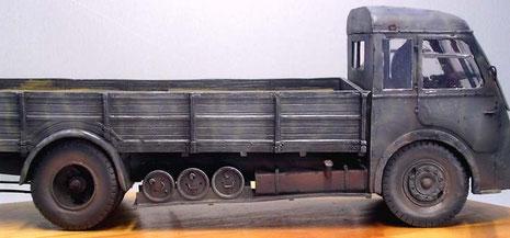 Markant auch die seitlichen runden Stauboxen und der große Tank unter der Ladefläche.
