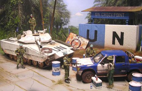 Die blau-weißen UNO-Farben dominieren die Szene.