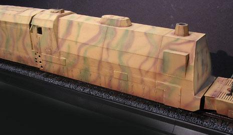 Die gepanzerte Lok im 3-Farben-Tarnanstrich