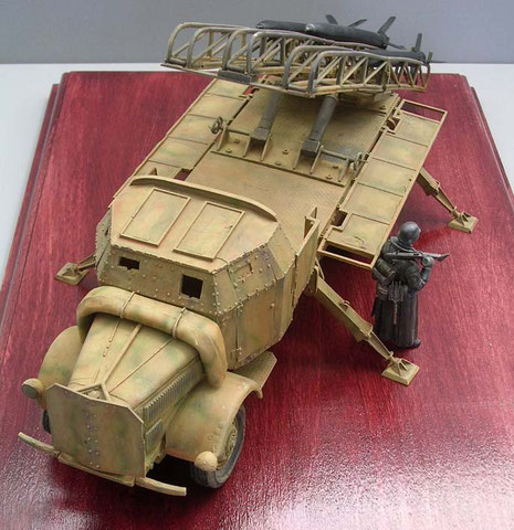 Das gepanzerte Führerhaus schützte die Besatzung. Beachte den von Handbetriebene Aufrichtemchanismus auf der Ladefläche.