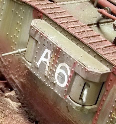 """Die leichtere Bewaffnung der """"Female""""-Version mit den MG's in den Erkern statt Kanonen."""