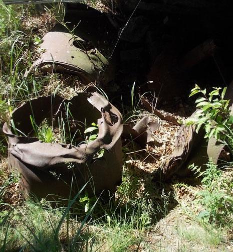 Tank- und Hüllereste der V1-Protottypen wurden wohl für die Touristen als Bodenfunden zusammen getragen.