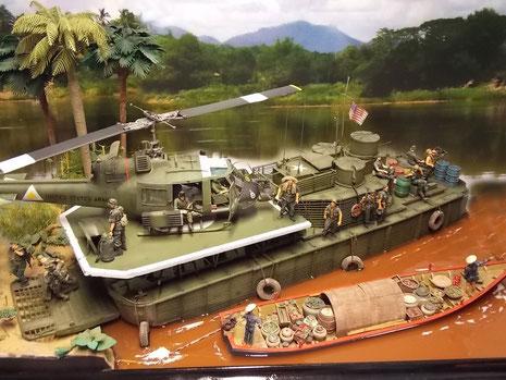 Mit einem Hintergrundbild in Szene gesetzt, sieht man wie das grüne Boot in der Dschungellandschaft verschwindet.