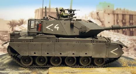Schwere Kettenpanzerung schützt das Laufwerk und den Rumpf als Abstandspanzerung.