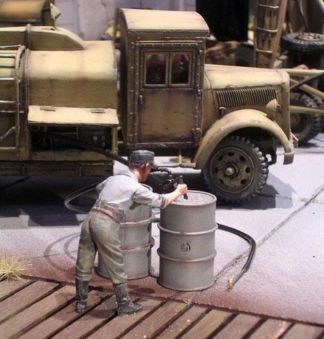 Die Wartungsklappen der Tankfahrzeuge sind teilweise geöffnet, um hier aktive Szene darstellen zu können.