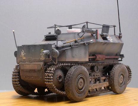 Kühler ist vorne mit einer zusätzlichen Bugpanzerplatte geschützt-vorne links eine Staukiste für Werkzeug.