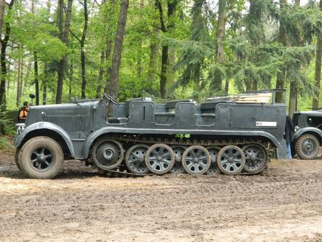 SdKfz 8, Zugmaschine donnert mit grollendem 12 Zylinder durchs Gelände!