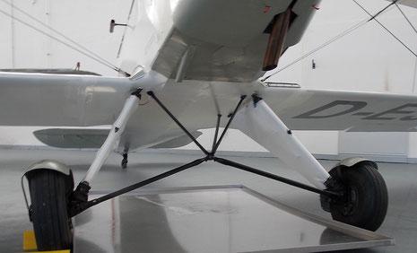 Weit ausladendes Fahrwerk sorgt für sichere Landung.