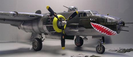 Die Maschine hat die Kennzeichen und Markierungen eines Bombers der USAF im Mittelmeer 1943