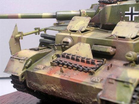 Ersatzkettenglieder und Panzerplattenreste erhöhten rudimentär den Panzerschutz.