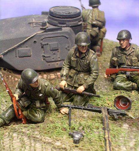 Überall liegen verlassene Waffen und Ausrüstung der deutschen Bunkerbesatzung.