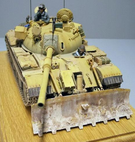 Kanonenabdeckung aus Stoff und die Gummischürzen heben sich vom sandgelben Einerlei ab.