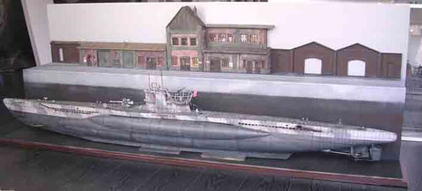 Dockhöhe stimmt und bietet einen schönen Kontrast zum Boot im Vordergrund.