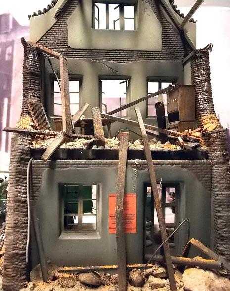 Das Gebäude ist schwer mitgenommen-Teile des Mobiliars sind noch in der Oberetage vorhanden.