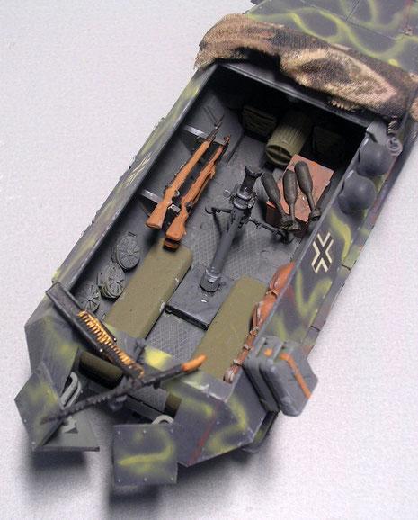 Im Kampfraum der mittig angeordnete 81mm Granatwerfer, Halterungen für die Karabinder, sowie Munitionskisten. Das vordere MG 42 entfiel.