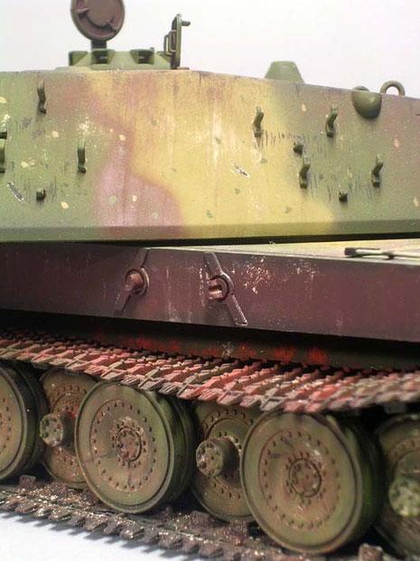Die Befestigungen der Kettenschürzen sind ebenso wie alle Teile des schweren Fahrzeuges massiv.