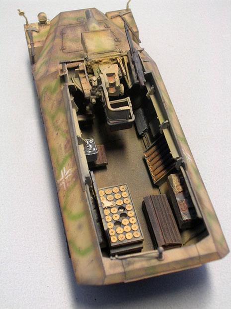Seitlich neben der L24 das MG 42 als Nahverteidigungswaffe.