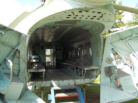 Blick in den Frachtraum mit den seitlichen Sitzbänken.