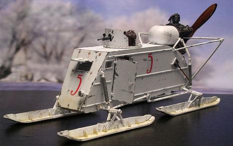 Das fertige Modell des NKL-26 mit seiner leicht gepanzerten Kabine und den vier großen Kufen.