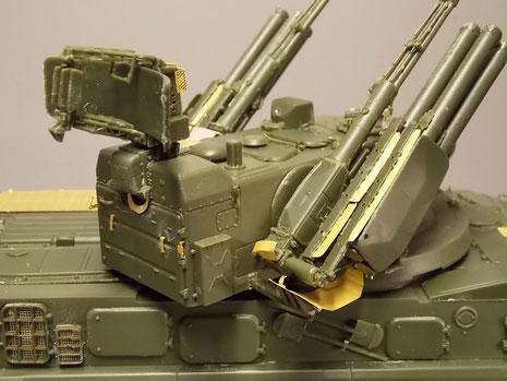 Rohre und Fla-Raketenbehälter an einer Turmgondel, sie können aber separat ausgerichtet werden. Auch hier Ätzteile für die Raketengasabweiser.