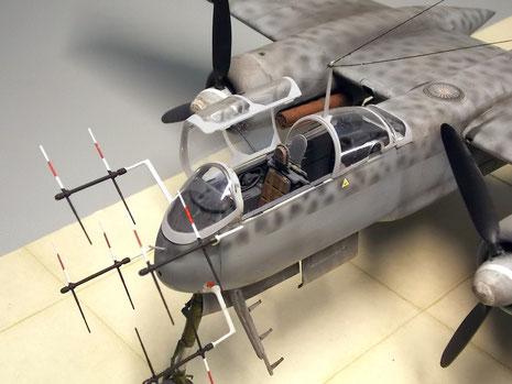 Geöffnete Pilotenkanzel- Pilot und Radarbeobachter saßen Rücken an Rücken zueinander.