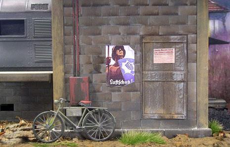 Fahrrad von Tamiya, Fahrplan und Plakate aus dem Farbkopierer.