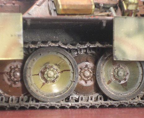 Die unterschiedlich colorierten Laufrollen erhielten die typischen Abschmierspuren durch glänzendes VanDykBraun.