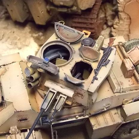 Am Turm Suchscheinwerfer, Nebeltöpfe und für die Flugabwehr ein Bren-Maschinengewehr. Beachte die Lederpolster in den Turmluken.