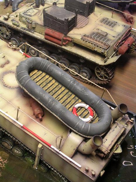 Die Schlauchboote machen sich nun prima auf den Panzerfähren.