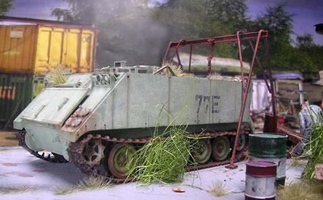 Der M113 in seinem verblassten Grün steht schon lange im Freien...