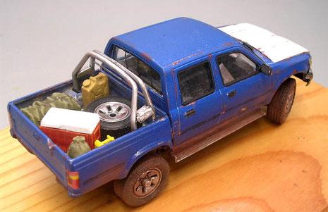 Pick-up mit chromierten Überrollbügel und entsprechende Gepäck auf der Ladefläche- die bringen Farbe ins Spiel.