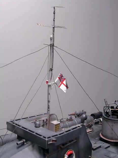 Filigraner Mast mit Radaranlage aus Ätzteilen.