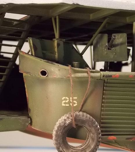Bugsektion mit vorderen MG-Stand mit Blick unter das Landedeck.