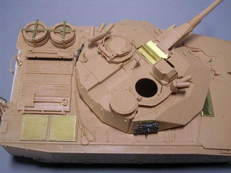 Die Turmform unterscheidet sich durch die Zusatzpanzerung nun deutlich vom Grundmuster. Für das fertige Modell fehlen noch eine Stacheldrahtrolle und Decken und Planen am Turm.