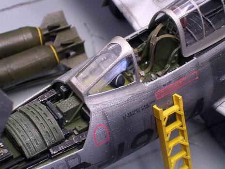 Das geöffnete Cockpit und Waffendeck mit den scratch gebauten Sitzgurten.