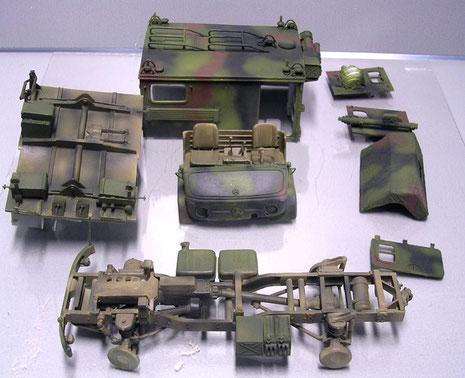 Nach dem ersten Airbrushen und mit leichter Alterung. Da die Fahrzeuge den Dreo-Ton-NATO-Tarnanstrich über ihrer BW-Oliv-Farbgebung bekamen, sind Innentüren, sowie Unterboden noch in BW-Oliv gehalten.