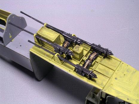 Zwischen den Kanonen die Gurtzuführungen die aus elastischem Gummi gefertigt sind und sich so schön in die Zuführungen biegen.