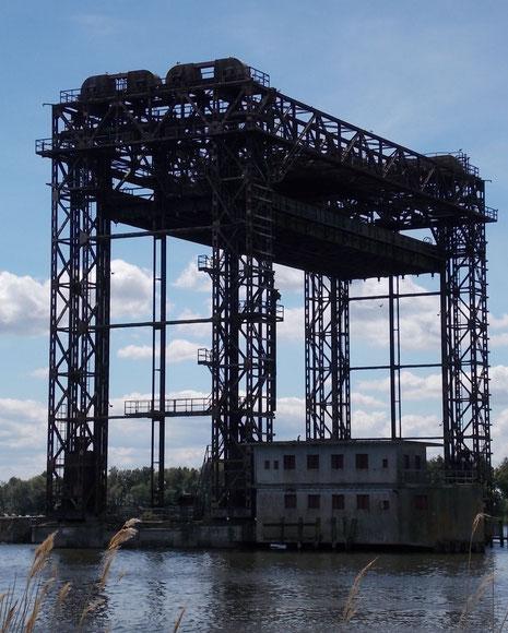 Hubbrücke mit mit Maschinenhaus-Hubbrücke in oberster Stellung.