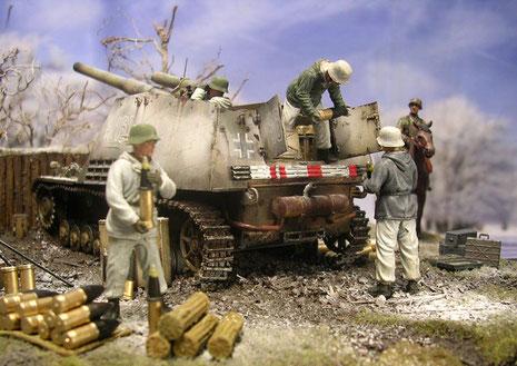 Die schweren Granaten werden von den Ladeschützen in Richtung Geschütz gereicht.