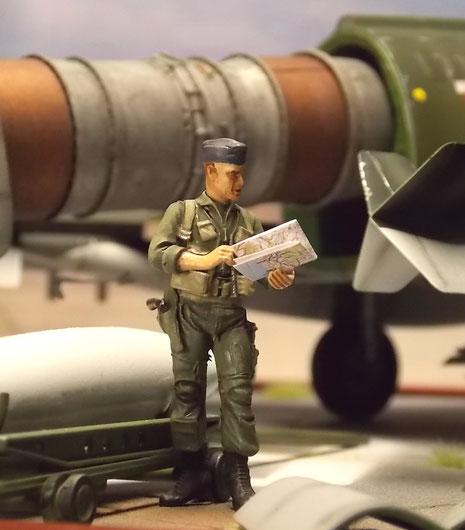 USAF Pilot im Fliegeroverall der 70er Jahre. Beachte den Colt am Gürtel.