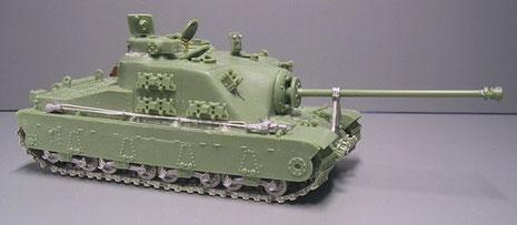 Das lange Kaliber und die massive Frontpanzerung, sowie die Gesamtarchitektur orientiert sich hier deutlich an deutschen schweren Jagdpanzern.