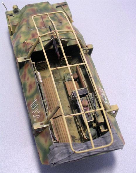 Die Funkanlage reduziert die Sitzplätze auf 5 für die Grenadiere. Beachte die innen liegenden seitlichen Haltegriffe, die nun das Aussteigen über die Bordwand erleichterten.