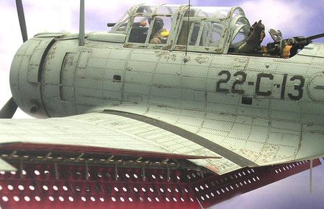 Abgeklappte Sturzflugbremsen, rot gespritzt, mit den typischen Lochdesign zur Gewichtsreduzierung.